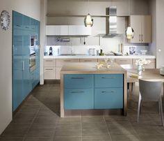 Une cuisine qui marie le bleu canard et le bois. C'est dans l'air du temps. Les portes existent en finition mate ou brillante. 19 couleurs à la carte. Cuisine Carat mastic mat et bleu canard brillant. Lapeyre.