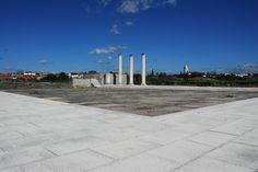Estruturas reconstruídas do pórtico da praça do fórum, esplanada do templo e criptopórtico de época flaviana.