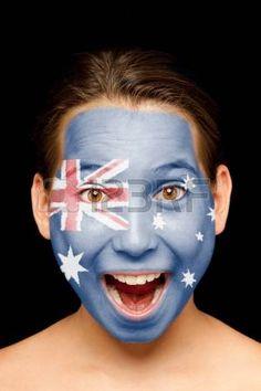 Retrato de niña con la bandera australiana pintada en su cara.