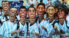 MASCARAS. Hinchas argentinos en el estadio Mineirão, en Belo Horizonte, antes del partido entre Argentina e Irán. (Carlos Sarraf)