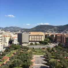 Hello à tous ! #latergram 😀 Voilà la jolie vue depuis la terrasse du #MAMAC de #Nice... on y voit la Bibliothèque Louis Nucera et l'Acropolis. Pas mal non ?! ⭐️ #nicetourisme #frenchriviera #cotedazur #villedenice #ilovenice #cotedazurnow #nice #nice06 #igers06 #insta06 #picoftheday #promenadedesanglais #baiedesanges #musee #acropolis #mamac #artmoderne #louisnucera #sosno #automne