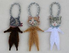 Este conjunto de tres estilo vintage chenille gato adornos están listos para decorar tu árbol de la pluma o el árbol de Navidad. Cada conjunto
