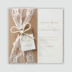 Stilvolle Hochzeitseinladung in einer Hülle aus Packpapier mit Spitze