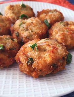 Catless de poulet, beignets de poulet aux herbes fraîches(menthe, coriandre) et au cumin. Petit burger de poulet à la Mauricienne.