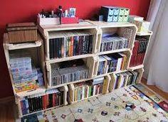Armario de livros feito com caixotes de madeira