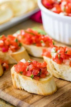 Bruschetta con pomodoro e basilico - from Kleinstadthppie veg . - Bruschetta, a delicious starter from Italy. How homemade bruschettes work perfectly. They taste best when there are ripe tomatoes to buy Yummy Appetizers, Appetizer Recipes, Cold Party Appetizers, Shrimp Appetizers, Shrimp Recipes, Cheese Recipes, Bruschetta Recept, Tomato Bruschetta, Homemade Bruschetta