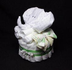 Retrouvez cet article dans ma boutique Etsy https://www.etsy.com/ca-fr/listing/247228145/gateau-de-couches-elephant-blanc-cadeau