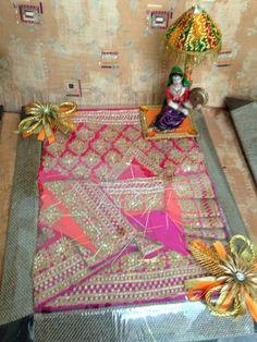 Saree packing.. Wedding Gift Wrapping, Wedding Cards, Diy Wedding, Wedding Events, Indian Wedding Gifts, Bengali Wedding, Acrylic Rangoli, Trousseau Packing, Pakistan Wedding