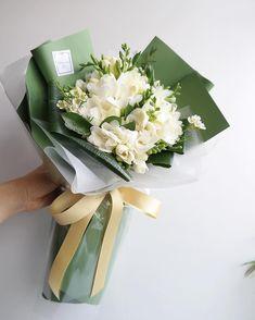 오늘도 많은 분들 감사드립니다 💕 . . . . . . . . 블로그 인스타그램에서 원하시는 사진 캡쳐해서 문의주세요:) 꽃은 계절상 달라지기때문에 전체적인 컬러톤이나 분위기를 맞춰드립니다 . 12-14일 예약주세요 💕 . 졸업식 예약안내 블로그에 올려두었습니다 ~ 👩🏻🎓👨🏻🎓❤️ 올해도 저희 예쁜 달빛꽃다발과 함께 멋진 졸업식을 빛내보세요 졸업 축하드립니다 😁❤️ . . . . 2월 2-5일 - 7-14 일 졸업식 가장많이 몰려있습니다 . 필요하신꽃은 2-7일전 예약 부탁드리며 🙏🏻당일 예약 당일 구매는 가능하시나 제약이 있으실수 있습니다 . 문의 : 카톡/전화 ⭕️ 댓글/DM ❌ . . . . . #달빛꽃집 화정달빛꽃집은 화정 명지병원 맞은편 대로변에 위치하고 있습니다 ☝🏻 . . . . . . #달빛표꽃다발 🕊 . 👉🏻월수금요일은 꽃들어오는 날입니다 원하시는 꽃은 미리 예약해주세요 ☝🏻 ✔️꽃 나무 계정은 👉🏻… Beautiful Flower Arrangements, Floral Arrangements, Beautiful Flowers, Boquette Flowers, Planting Flowers, Flowers For Men, Bouquet Wrap, Hand Bouquet, Packaging