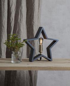 LYSeKIL er en meget dekorativ lampe fra Star Tradingsom er svært anvendelig i sin bruk. Lampen er produsert i treverk, formet som en stjerne og er nå tilgjengelig i mange farger og størrelser. Stjernen kan med fordel plasseres både på bord, gulv og i vinduskarmer. LYSeKIL har en sokkel i messingog den behøveren dekorativ pære for å ta seg best ut. Bookends, Shelves, Stars, Home Decor, Shelving, Decoration Home, Room Decor, Shelving Units, Sterne