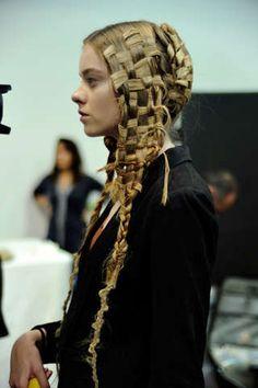 Amazing these are what you call Alexander McQueen Braids VXxxx. Pelo Editorial, Beauty Editorial, Look 2015, Avant Garde Hair, Runway Hair, Hair Arrange, Plaits, Looks Cool, Hair Art