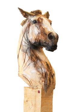 Buste de cheval tête levée