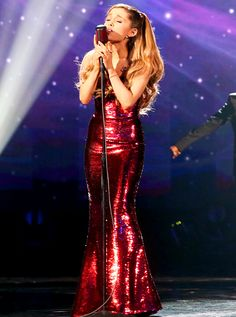 Ariana Grande Praised by Kelly Clarkson, Gets Standing Ovation From Lady Gaga at AMAs