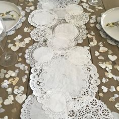Cette liste Prettie est coupé à la main par mes soins Vintage coeur confettis dans une combinaison de blanc, crème, kraft et du papier de soie ivoire, teinté napperons et papier français vintage à la main Serrés 1/2 tasse = environ 500 + pièces de confettis Papier Confetti est un mélange de 5/8 + 3/4 + 1 « coeurs Vous pouvez trouver le chemin de table de coordination ici https://www.etsy.com/listing/279273974/prettie-table-runner-shabby-rustic-...