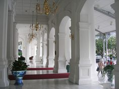 Raffles Hotel singapor ♥♥♥ Glass Furniture, British Colonial, Tropical Decor, Courtyards, Antique Glass, Goa, Hotels And Resorts, Porches, Singapore