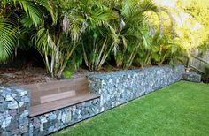 mauer garten bauen bank gabionenzaun draht palmen