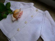 Un modèle immémorial.Au choix, ce vêtement de base se porte fermé devant ou dans le dos et se tricote en un seul morceau en...