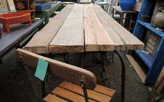 Tavolo realizzato artigianalmente con vecchie assi da ponteggio in legno di teak e base e struttura in ferro battuto. Possibilità di personalizzazioni.