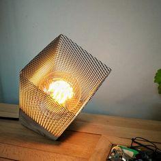 Industriële verlichting-tafellamp, beton gekanteld tafellamp met metalen lamp schaduw, Edison lamp, industriële inrichting, Edison lamp, industriële geschenken Model: Concrete kubus VI Dit is een lamp met de hand gemaakt met cement, een basisontwerp kubus-vormige. Maak die deze