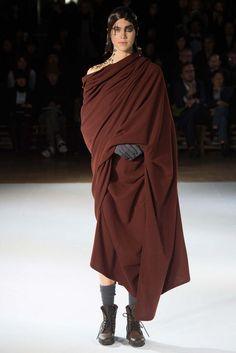 Yohji Yamamoto Fall 2015 Ready-to-Wear Collection Photos - Vogue Yohji Yamamoto, Look Fashion, Urban Fashion, Fashion Show, Womens Fashion, Japanese Fashion Designers, Vogue, Future Fashion, Ready To Wear