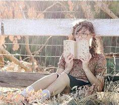 Inspiring image book, girl, photography, sun, vintage - Resolution - Find the image to your taste Vintage Senior Pictures, Mike Bailey, Books Everyone Should Read, Life Crisis, Pictures Of People, Favim, Book Girl, Bibliophile, Girl Photography
