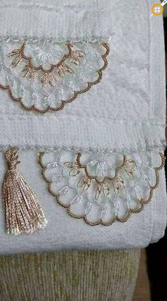 This post was discovered by Merve Emre Eren. Discover (and save!) your own Posts on Unirazi. Crochet Bunny Pattern, Crochet Edging Patterns, Crochet Rabbit, Crochet Motif, Needle Tatting, Needle Lace, Bobbin Lace, Crochet Christmas Decorations, Wool Thread
