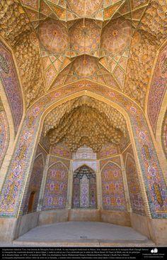 Arquitectura islámica- vista parcial interna de la mezquita Nasir al-Mulk en Shiraz, Irán. Se terminó en 1888 - (2) | Galería de Arte Islámico y Fotografía