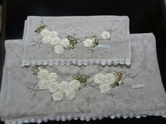 LOY HANDCRAFTS, TOWELS EMBROYDERED WITH SATIN RIBBON ROSES: CONJUNTO DE TOALHAS, BANHO E ROSTO