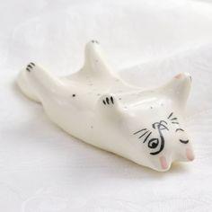 😻 V-am zis cât de mult ne plac pisicile? Dar motanii? Dar pisoii? Eh, boală grea, n-ai ce-i face. E de înțeles atunci (poate) de ce ne trezim modelând pisicuțe fel de fel. Pisica asta, de exemplu, ar fi la categoria ceramică mică, sau sculptură mică, sau bibelou, sau prespapier, sau odihnitor de pensulă-peniţă sau cum vrei să-i zici. Are aproximativ 8 x 6 cm, este modelată din ceramică și pictată manual, cu purici, deși modelul felin nu are, parol. Puricoasa asta mică stă liniștită toată… Porcelain Jewelry, Sculpture, Oeuvre D'art, Jewelry Making, Montpellier, Christmas Ornaments, Holiday Decor, Boutique, Instagram