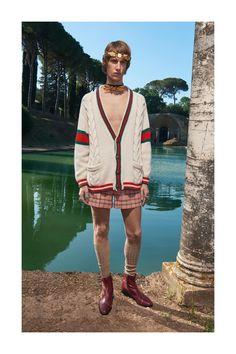 Fotografado por Elaine Constantine, o novo lookbook da Gucci apresenta a profusão de coresda coleção Cruise 18 masculina em colisão com as ruínas da belaVilla Adrianaem Tivoli, na Itália. Veja a coleção completa em nossa galeria.
