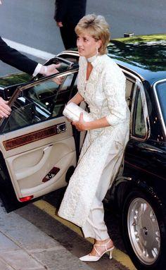 Não é apenas um pormenor: o facto de Lady Di excluir as luvas da sua indumentária tem uma razão.