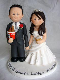 Le prix indiqué est pour une mariée et le marié en costume de mariage placé sur un rond blanc avec le nom et la date. Le topper cake indiqué dans limage de lécran est juste un exemple. Vous allez recevoir un topper gâteau personnalisé selon vos besoins. Le prix commence à 170 $.  Les chiffres sont personnalisés (costume, robe, coiffure et couleur, fleurs) basé sur les détails que vous fournissez.  Animaux de compagnie, accessoires, enfants, pose et thème de base coûte un petit supplément…