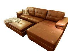 Sofá con chaise y puff en símil cuero. Medidas: 2.64 (largo total) x 0.85 (profundidad) x 1.55 (largo del chaise).