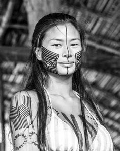Kayapó woman, Chapada dos Veadeiros, Brazil by Lucas Viana Tribal Face Tattoo, Tribal Body Paint, Maori People, Tribal People, Brazilian People, Diversity, Tribal Women, Beauty Around The World, People Around The World