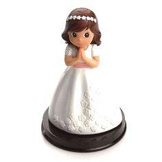 Figuras tarta o pastel para Primera Comunión. Figura para la tarta con peana,  Primera Comunión niña con vestido blanco flores relieve y fajín en rosa, con diadema flores. Medida: 16 cm