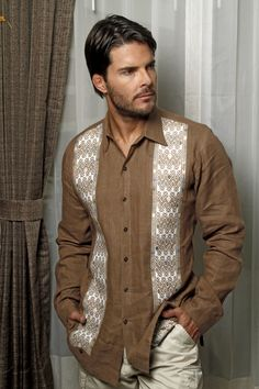 Camisa de lino italiano con bordado étnico realizado a mano. Visitanos en : www.pacomayorga.com