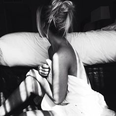 *Tao chia tay rồi mày ạ*.  *Đời tao coi như xong. Vừa chia tay..*. *Con bị bỏ rơi thật rồi*. Những Ngọc Hân, Nhi, T.H của mình. Làm sao mình có thể ôm được từng người, trong từng trận thương đau đó, khi mà ai cũng ở cách mình rất xa như vậy. Khi mà mình cũng đang cần được các bạn ủi an nhiều như một cái ôm. :( 08/08/2016