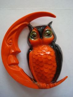Vintage Plastic Halloween Orange Owl & Man In The Moon Pin/Brooch / TG: Could totally make an awesome wooden moon out of pallet wood and add a ceramic owl. Retro Halloween, Vintage Halloween Images, Vintage Halloween Decorations, Halloween Items, Vintage Holiday, Holidays Halloween, Halloween Crafts, Happy Halloween, Halloween Queen