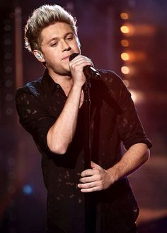 Niall performing at the AMAs Zayn One Direction, One Direction Singers, One Direction Photos, Irish Boys, Irish Men, Niall Horan, Where We Are Tour, Niall And Harry, First Love