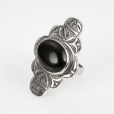Inel tuareg gravat, argint și onix, Sahara #metaphora #silverjewelry #tuaregjewelry #ring #onyx #sahara Look Vintage, Silver Jewelry, Rings For Men, Wedding Rings, Engagement Rings, Jewellery, Enagement Rings, Men Rings, Jewels