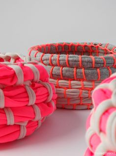 the red thread :: Neon Fabric Coil Bowls. Great idea for Zpagetti yarn, on sale at LionBrand Fabric Crafts, Sewing Crafts, Sewing Projects, Diy Crafts, Scrap Fabric, Diy Projects To Try, Craft Projects, Diys, Do It Yourself Baby