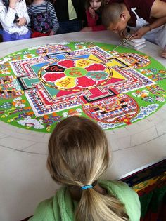 Tibetan sand mandala Sand Painting, Sand Art, Tibetan Sand Mandala, Squaring The Circle, Daruma Doll, Buddhist Symbols, Zen Tangles, Tibetan Art, Art Base