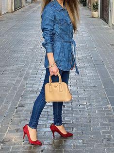 Discover how to make a double-denim outfit look chic. #style #estilo #styleblog #blogdeestilo #denim #denimtrends #doubledenimtrend #denimoutfits #denimoutfitideas #doubledenimoutfits #doubledenimoutfitideas Outfit Look, Denim Outfit, Doble Denim, Balmain, Stella Mccartney, Tory Burch, Zapatos Shoes, Michael Kors, Denim Trends