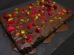 Pisztáciás-málnás csokimázas brownie | NOSALTY Brownies, Cake, Food, Drink, Cake Brownies, Pastel, Kuchen, Cakes, Meals