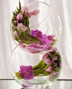 vase boule, tulipes et orchidées