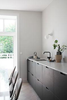 Kitchen Interior Remodeling Kitchen With Black Cabinets Black Kitchen Cabinets, Kitchen Cabinet Trends, Kitchen Design Color, Interior, Kitchen Remodel, Interior Design Kitchen, Minimalist Kitchen, Kitchen Style, Kitchen Renovation