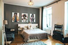Schlafzimmer mit Kunstdrucken, Parkettboden und großem Doppelbett. Design WG-Zimmer in Leipzig. #Zwischenmiete #Leipzig #Art #bedroom #WGZimmer