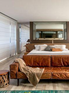"""""""O espaço funciona como um apartamento completo para os proprietários"""", diz o arquiteto. """"Nossa proposta foi justamente oferecer privacidade total no piso de cima e, na parte de baixo, uma área de convivência deliciosa. Assim, a casa promete ter vida longa, já que vai acomodar a rotina dos moradores por muito tempo"""". Double Room, Storage Chest, Loft, Couch, Cabinet, Interior Design, Furniture, Home Decor, Bedrooms"""