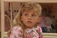 Stephanie is upset when she finds out she needs to wear glasses and is worried that her classmates will ridicule her. Her neighbor Steve Urkel gives her some tips on how to handle her classmates. Michelle Tanner, Stephanie Tanner Full House, Full House Quotes, Hull House, Steve Urkel, Ashley Olsen, Tween Fashion, Photos Du, Kendall