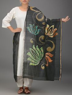 Black-Green Block-printed Chanderi Dupatta with Zari Border Beautiful! Saree Painting, Fabric Painting, Dress Neck Designs, Blouse Designs, Hand Embroidery Designs, Applique Designs, Beaded Flowers Patterns, Hand Painted Sarees, Kurta Patterns